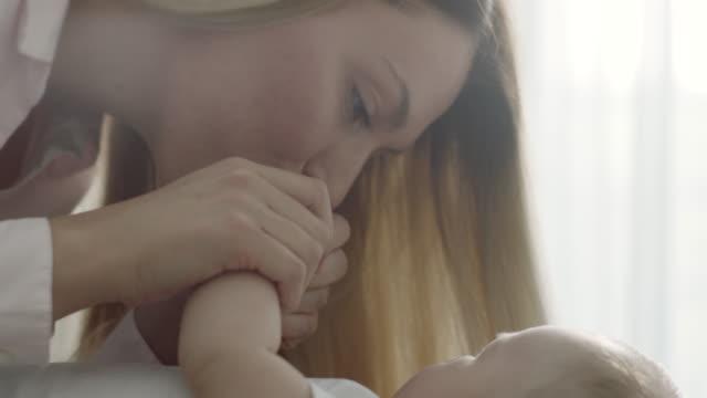 mutter küssen baby hände - männliches baby stock-videos und b-roll-filmmaterial