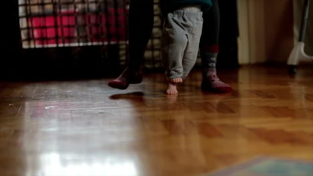 Moeder leren baby hoe te wandelen