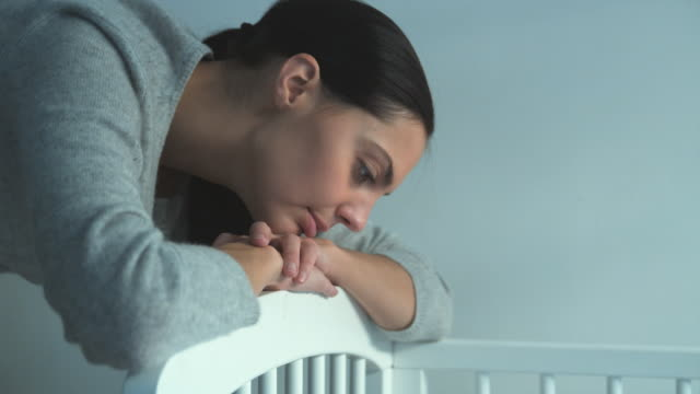 vidéos et rushes de ms td mother looking at baby boy (2-5 months) sleeping in crib, brussels, brabant, belgium - 2 5 mois