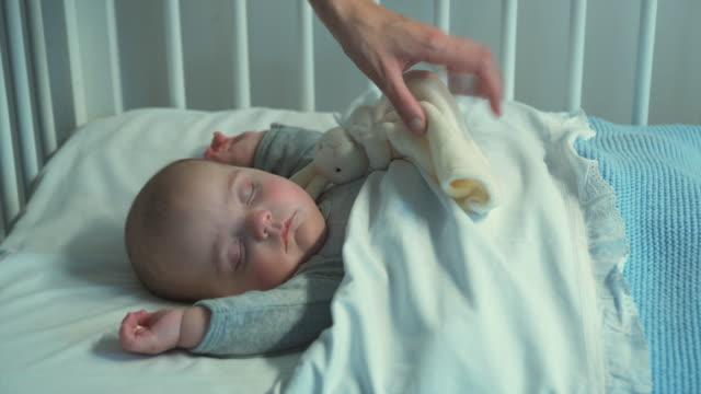 vidéos et rushes de ms tu mother looking at baby boy (2-5 months) sleeping in crib, brussels, brabant, belgium - 2 5 mois
