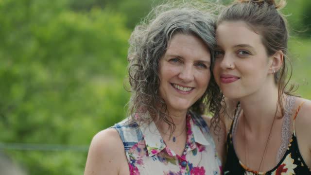 vídeos y material grabado en eventos de stock de ms slo mo. mother looks at daughter lovingly and smiles at camera. - 55 59 años