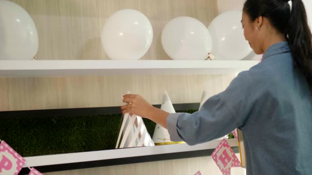 vídeos de stock, filmes e b-roll de mãe fazendo festa de aniversário para seu filho - balão decoração
