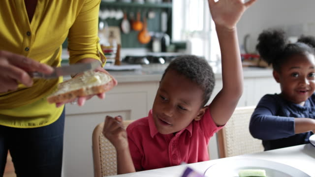 vidéos et rushes de mother making lunch for kids - maternelle