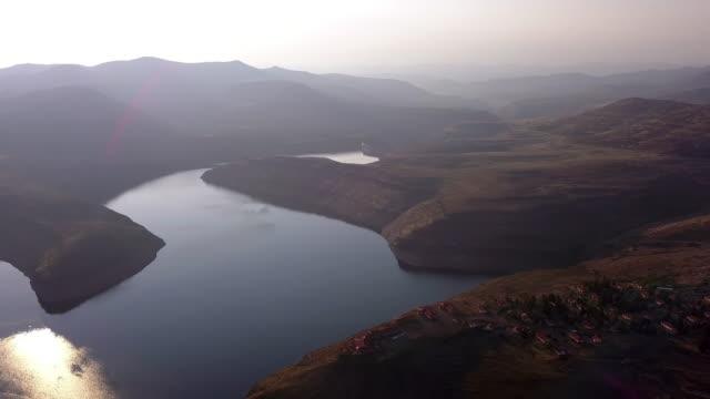 vidéos et rushes de courbes de la mère nature - barrage
