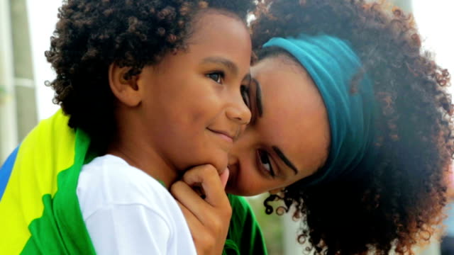 vidéos et rushes de mother pinching son's cheeks - pincer