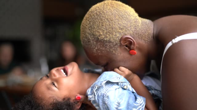 vídeos de stock, filmes e b-roll de matriz que joga e que beija seu filho - brincar