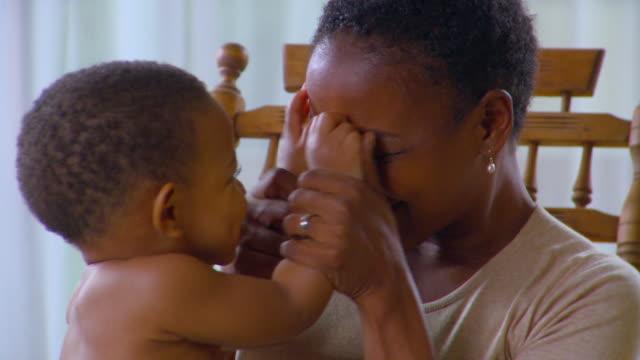 vídeos de stock, filmes e b-roll de cu, mother playing peek-a-boo with son (12-17 months), richmond, virginia, usa - espreitando