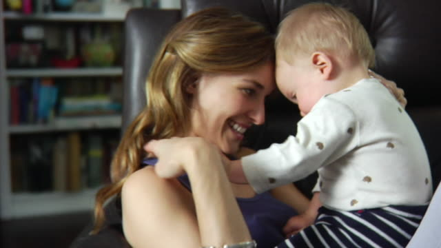 vídeos de stock e filmes b-roll de slo mo cu mother playing with baby boy (6-11 months) / london, united kingdom - filho