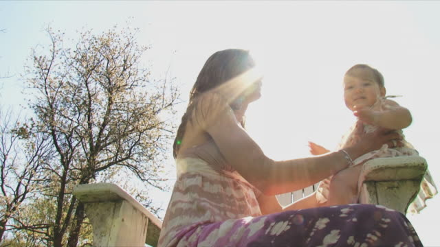 vidéos et rushes de ms la pan mother playing with baby daughter (12-17 months) in park, marchin, belgium - 12 17 mois