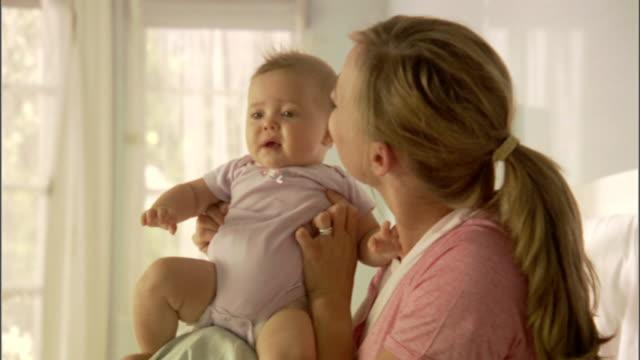 vídeos y material grabado en eventos de stock de cu, zi, mother playing with baby girl (6-9 months) - 6 11 meses