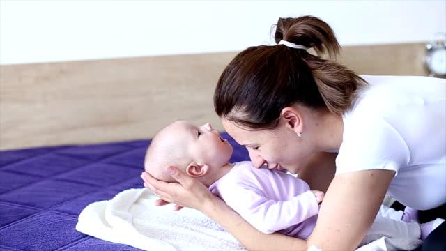 vídeos de stock e filmes b-roll de mãe brincar com o bebê - 2 5 meses