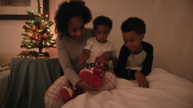 vidéos et rushes de mother playing with children - 18 23 mois