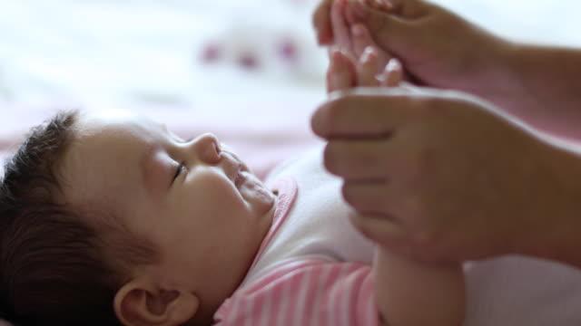 vídeos de stock, filmes e b-roll de mãe, a brincar com seu bebê em casa - beijar