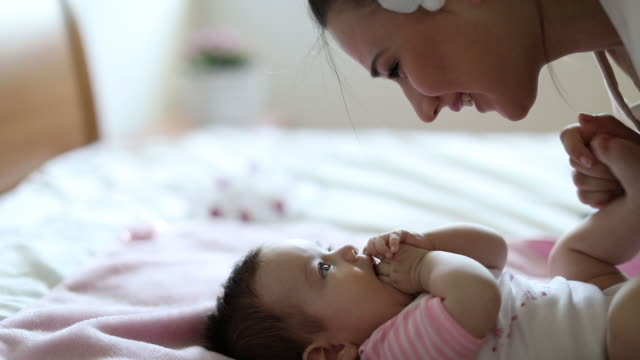 mother playing with her baby at home - 0 11 mesi video stock e b–roll