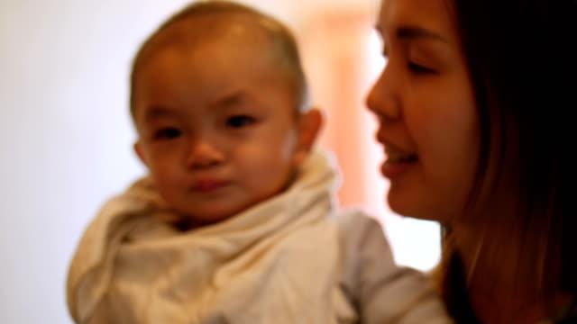 vídeos de stock, filmes e b-roll de mãe, brincando com o filho no quarto - só um bebê menino