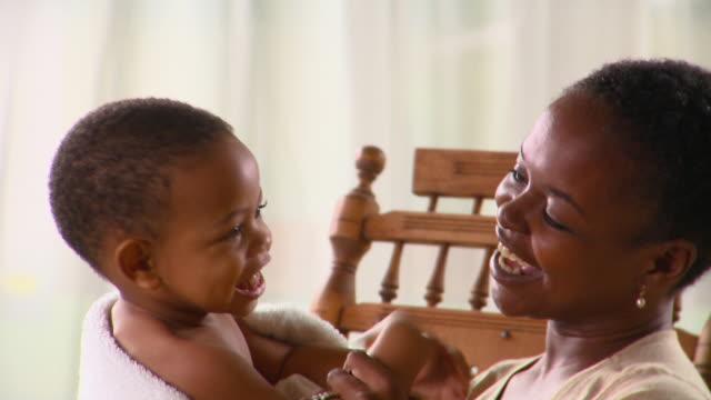 vidéos et rushes de cu, mother playing with son (12-17 months), richmond, virginia, usa - 12 17 mois