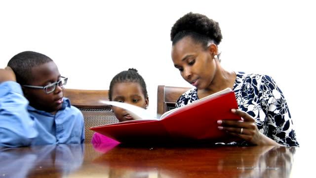 vídeos de stock, filmes e b-roll de mãe com filho e filha lendo - muito pequeno