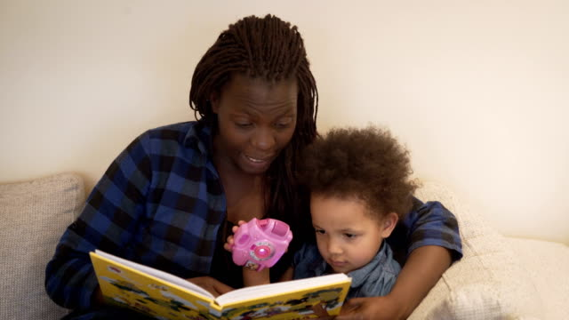 stockvideo's en b-roll-footage met moeder leest het sprookje van haar dochter - kinderopvang