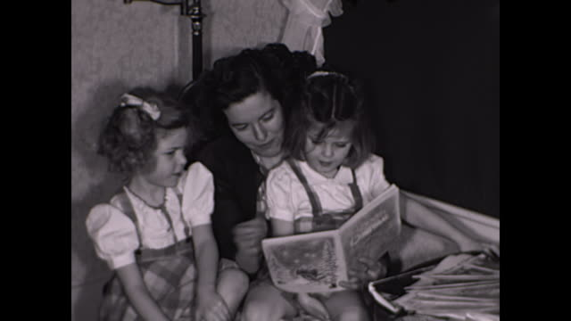 "vídeos y material grabado en eventos de stock de 1952 mother reads ""the night before christmas"" book -  home movies - libro"