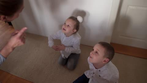 vídeos y material grabado en eventos de stock de madre regañando a un niño irrespetuoso - resistencia