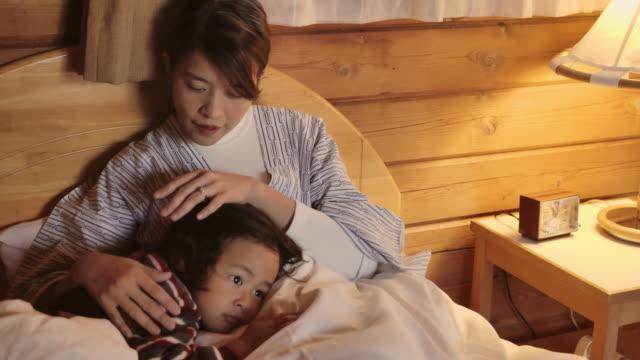母は息子を寄り添う。病気の日に家にいる - 絶望点の映像素材/bロール