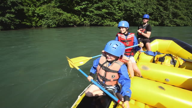 ms pov mother, son (8-9) and guide rafting through rapids in squamish river forest / squamish, british columbia, canada - drei personen stock-videos und b-roll-filmmaterial
