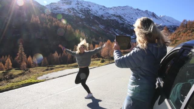 mother takes digital tablet pic of daughter dancing - aktivitäten und sport stock-videos und b-roll-filmmaterial