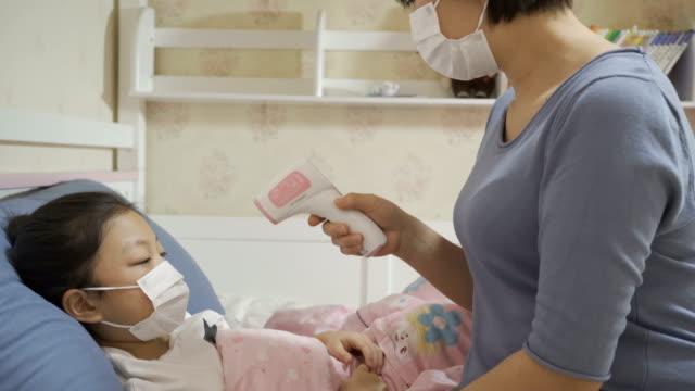母親給生病的女兒量體溫 - 熱度 溫度 個影片檔及 b 捲影像