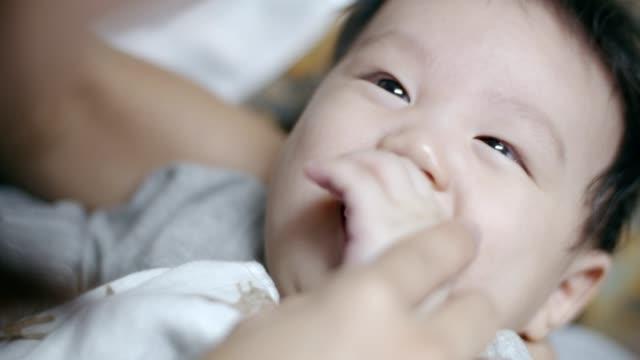 母は彼女の生まれたばかりの赤ちゃんの男の子 (4 ヶ月) の世話 - 大家族点の映像素材/bロール