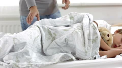 vídeos y material grabado en eventos de stock de dolly hd: madre cuidado de su hijo por enfermedad - manta ropa de cama
