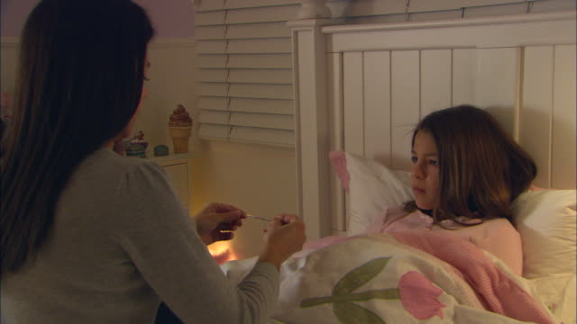 cu, mother taking daughter's (10-11) temperature - fieber stock-videos und b-roll-filmmaterial