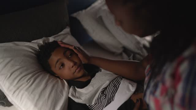 vídeos y material grabado en eventos de stock de madre hablando con su hijo y haciéndole dormir en casa - familia con un hijo