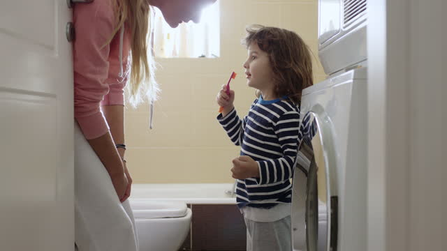 stockvideo's en b-roll-footage met mother teach her three year old son how to brush his teeth - baby boys