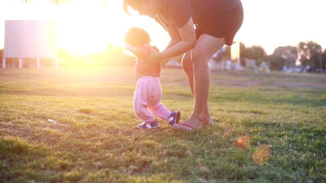 母は散歩に赤ちゃんを教える - 大家族点の映像素材/bロール