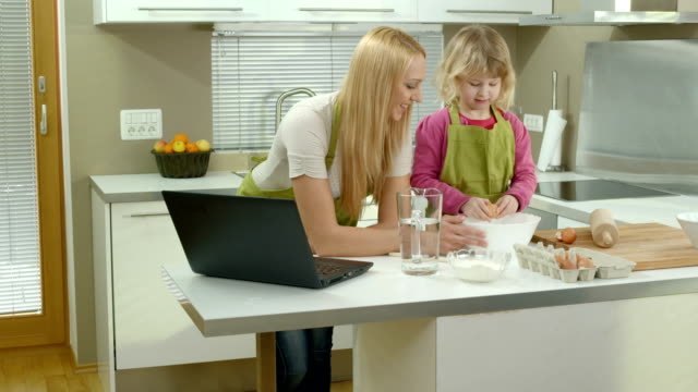 vídeos de stock, filmes e b-roll de hd dolly: mãe ensinando sua filha a cook - receita