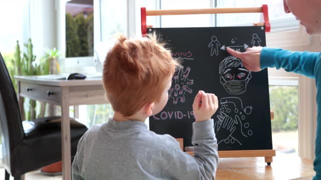 mor undervisning redhead son om coronavirus och covid-19 - pojkar yngre skolåldern bildbanksvideor och videomaterial från bakom kulisserna