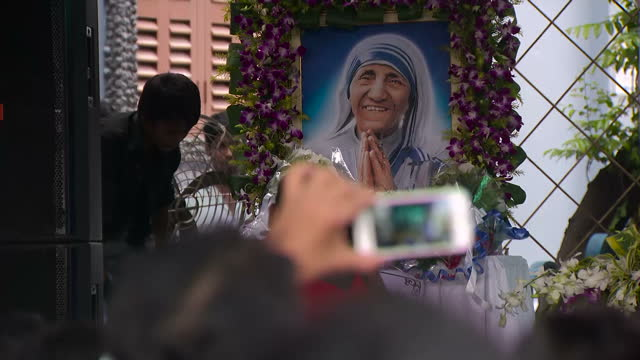 mother teresa has been declared a saint during a ceremony at the vatican tens of thousands of people flocked to st peter's square for the... - 式典点の映像素材/bロール