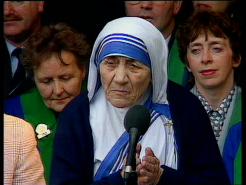 mother teresa making acceptance speech after being presented with - ノーベル平和賞点の映像素材/bロール
