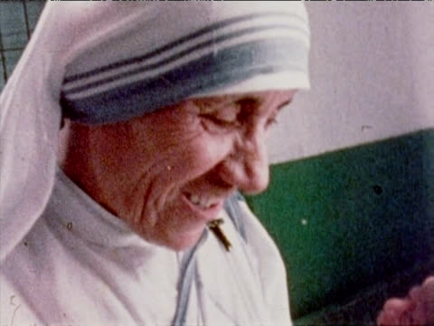vídeos y material grabado en eventos de stock de mother teresa smiles as she holds newborn baby calcutta; oct 79 - calcuta