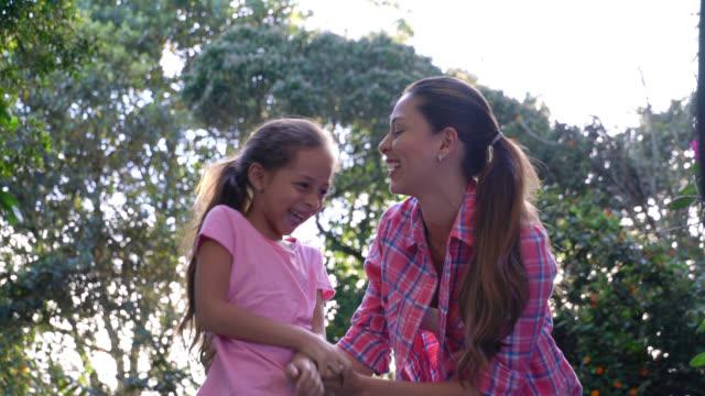 vidéos et rushes de mère, chatouillant sa fille très heureux et riant - chatouiller