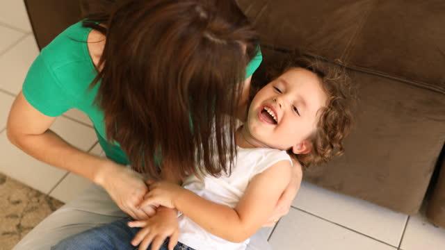 vídeos y material grabado en eventos de stock de madre haciendo cosquillas a su hijo - son