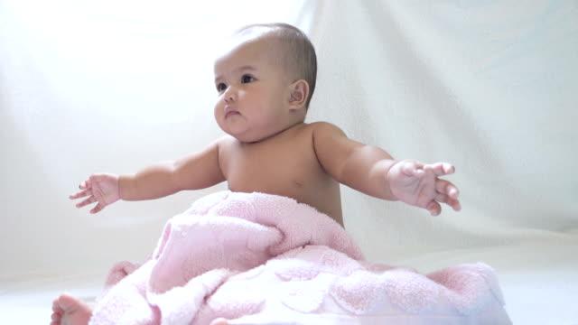 stockvideo's en b-roll-footage met moeder met behulp van roze handdoek veeg baby na douche - in een handdoek gewikkeld