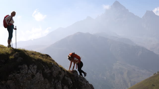 mother waits for daughter on mountain ridge - aspettare video stock e b–roll