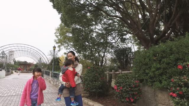 mother walking while hugging son - 娘点の映像素材/bロール