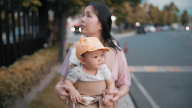 mutter walking mit baby boy - 6 11 months stock-videos und b-roll-filmmaterial