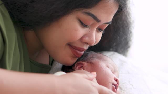 vídeos y material grabado en eventos de stock de la madre convence calurosamente al bebé recién nacido. - recién nacido 0 1 mes