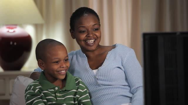 vídeos de stock, filmes e b-roll de ms mother watching television with son (8-9) / richmond, virginia, usa - usa