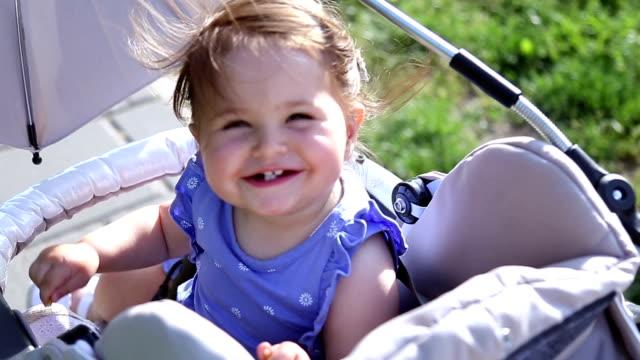 vídeos y material grabado en eventos de stock de madre con una bebé en un cochecito. - cochecito de bebé