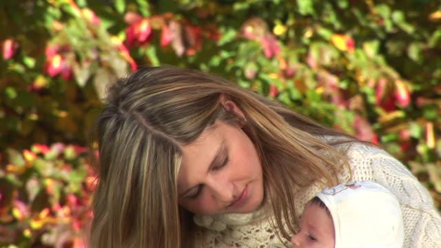vídeos de stock, filmes e b-roll de hd: mãe com bebê - cabelo de comprimento médio