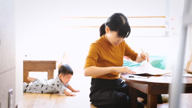 stockvideo's en b-roll-footage met moeder met baby werken in café - japanese mom